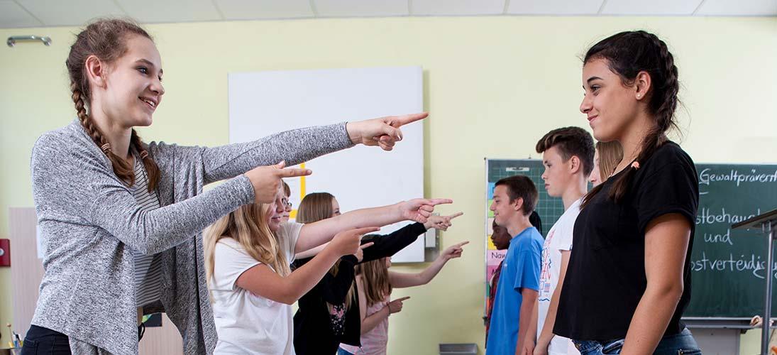 Schüler üben selbstbewusstes Auftreten
